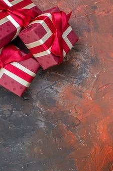 Вид сверху подарки на день святого валентина с красными бантами на темной поверхности я люблю тебя фото цветной подарок чувство любви влюбленная пара