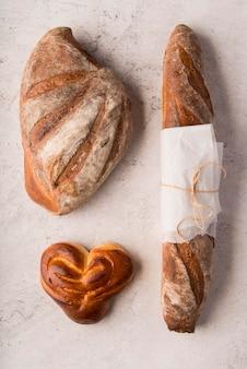Вид сверху на различные виды хлеба