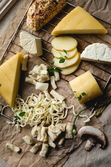 제공 준비가 된 다양한 고급 치즈 평면도