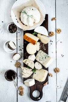 견과류와 잼을 곁들인 다양한 최고급 치즈