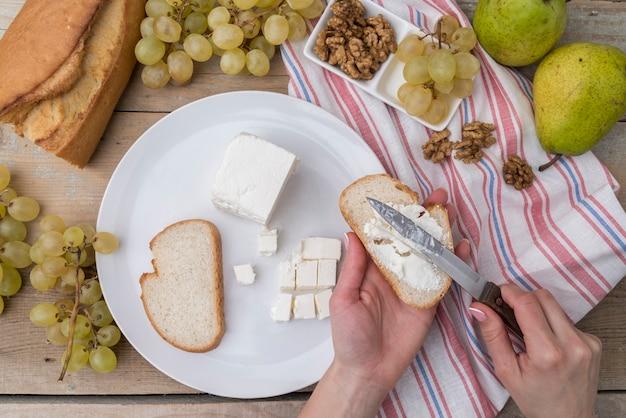 クルミとチーズとブドウのトップビューのさまざまな