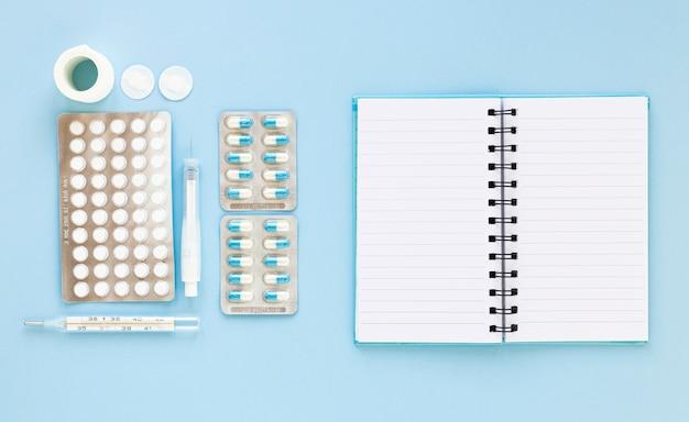 Вид сверху разнообразных таблеток лекарства