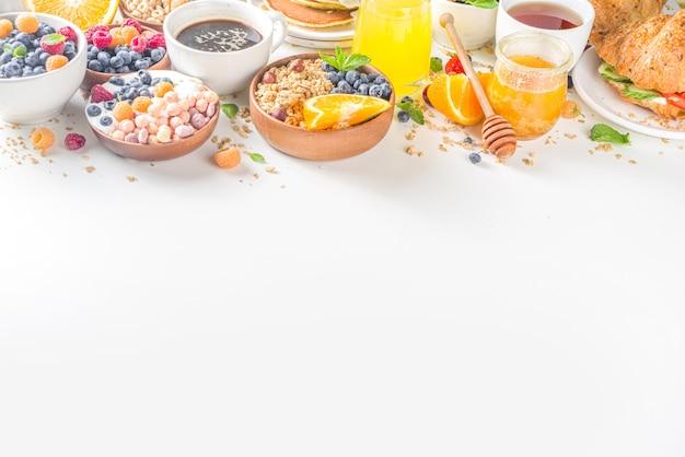 Вид сверху разнообразный завтрак на столе