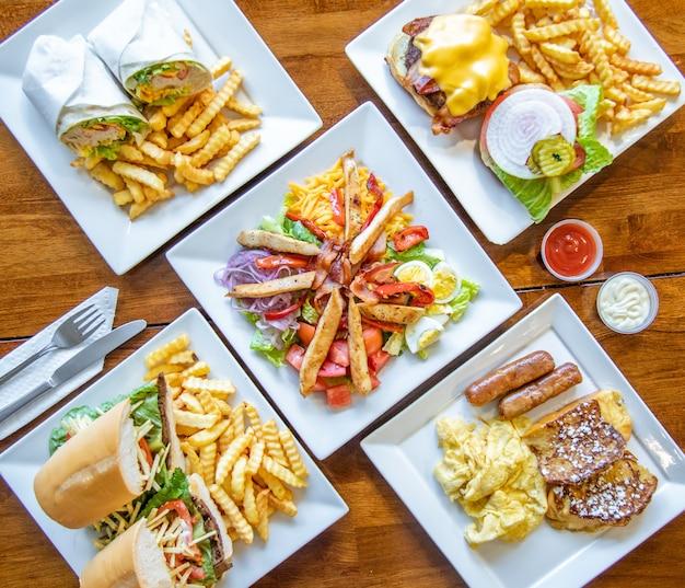 Vista dall'alto di vari gustosi piatti