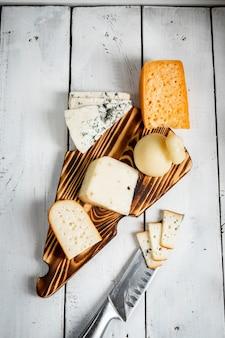 나무 보드에 치즈의 다양한 종류의 상위 뷰