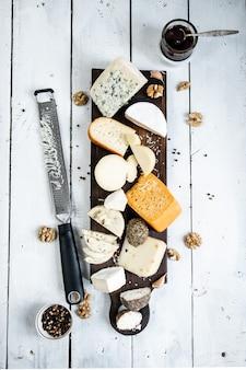 테이블에 다양한 종류의 치즈 평면도