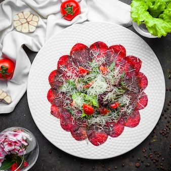 Вид сверху веганский салат со свеклой