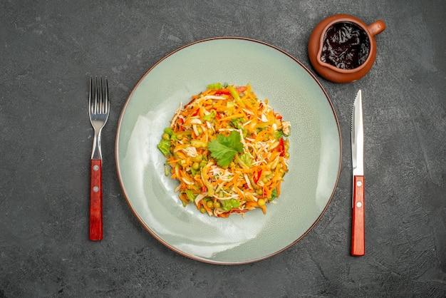 Insalata di pollo vegetale vista dall'alto all'interno del piatto su insalata di alimenti salutari dieta grigia