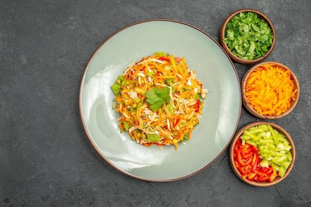 Insalata di pollo vegetale vista dall'alto all'interno del piatto sul cibo per insalata di dieta grigia