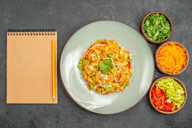 Insalata di pollo vegetale vista dall'alto con verdure su cibo per insalata di dieta grigia