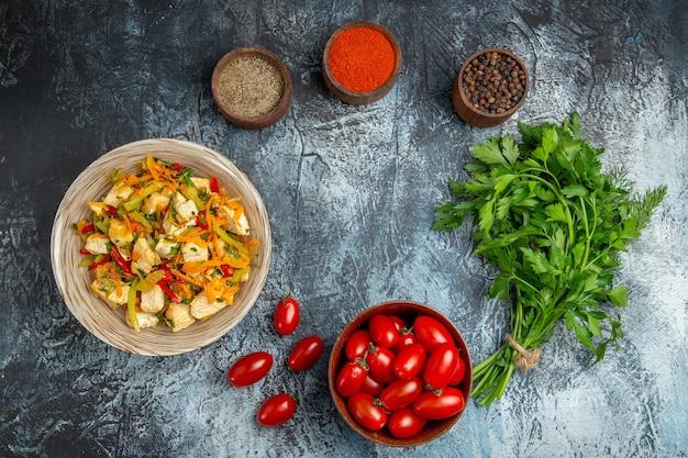 明るい背景に調味料とトップビュー野菜チキンサラダ