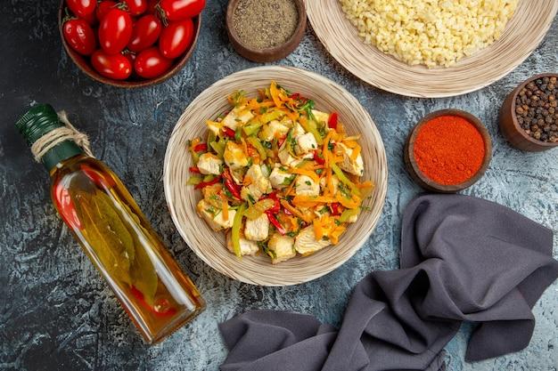 Vista dall'alto insalata di pollo vegetale con pomodori sul pavimento chiaro