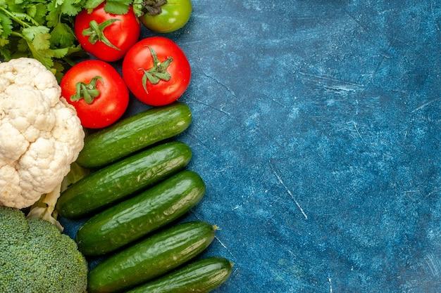 Vista dall'alto composizione vegetale su tavola blu colore pasto vita sana dieta matura insalata