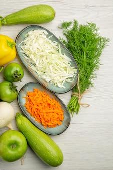 白い背景の上のビュー野菜組成