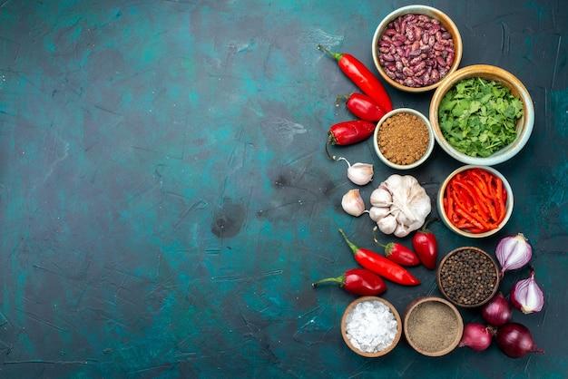 Вид сверху овощной состав лук чеснок перец зелень на темном фоне приправа перец цвет пищевого продукта