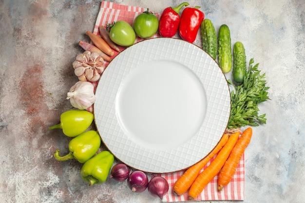 上面図野菜組成ピーマンにんじんにんにくと白地に他の野菜