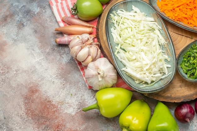 Вид сверху овощной композиции нарезанные и целые овощи на белом фоне
