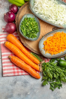 上面図野菜の組成スライスと白い背景の野菜全体