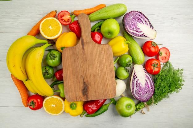 上面図野菜組成トマトキャベツピーマンとバナナの白い背景