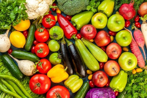 Composizione vegetale vista dall'alto con frutta fresca sul tavolo blu