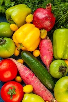 青いテーブルの上の新鮮な果物と野菜の組成の上面図
