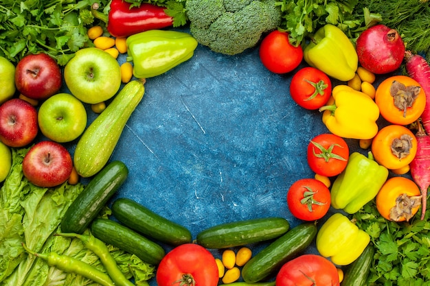 青いテーブルの色の熟したダイエットサラダ健康的な生活の食事に新鮮な果物とトップビュー野菜の組成物