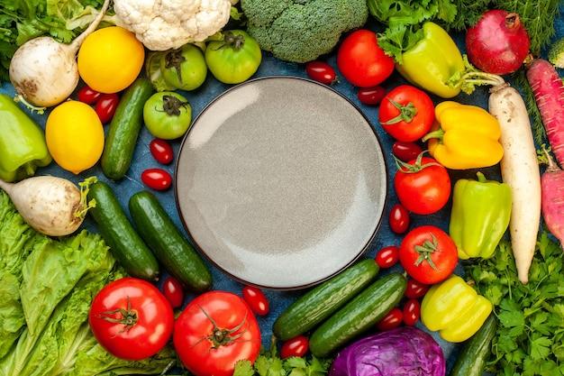 青いテーブルラーに新鮮な果物と野菜の組成の上面図