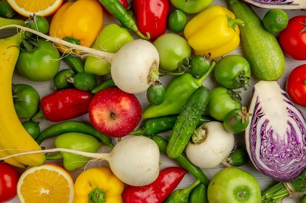 白い背景の上の果物とトップビュー野菜組成物