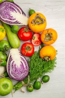 흰색 배경에 과일이 있는 상위 뷰 야채 구성