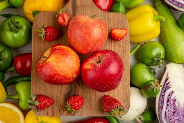 白い机の上に果物と野菜の組成物の上面図