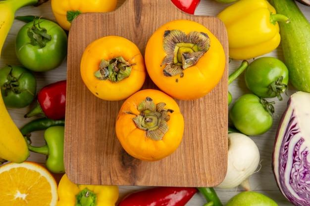 흰색 책상에 과일이 있는 상위 뷰 야채 구성