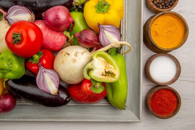 白いテーブルに調味料と野菜の組成の上面図