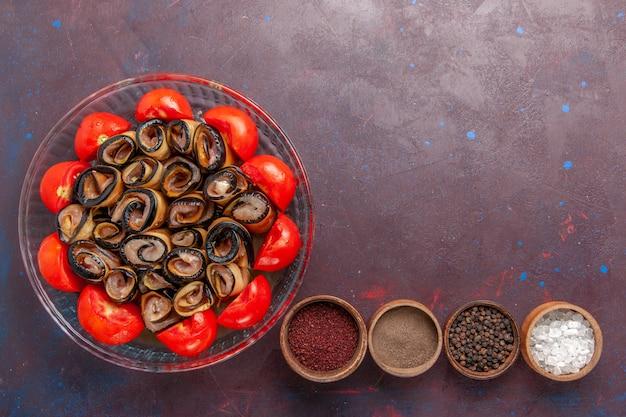어두운 배경에 가지와 조미료가 들어간 상위 뷰 야채 식사 슬라이스 및 압연 토마토