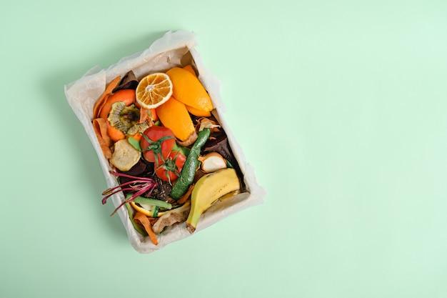 堆肥ビン、堆肥の概念の上面図野菜の皮。持続可能なゼロウェイスト、食品の残り物