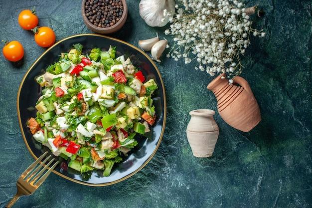 トップビュー野菜サラダは、紺色の背景色のキュウリチーズとトマトで構成されていますダイエットランチミール料理レストランフードヘルス
