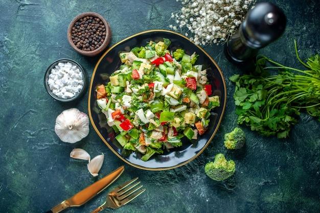 トップビュー野菜サラダは、紺色の背景にキュウリチーズとトマトで構成されています健康ダイエット食品ランチカラー料理ミール