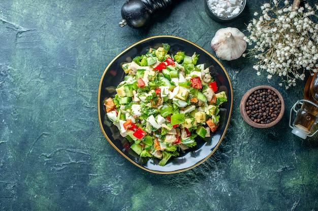 トップビュー野菜サラダは、紺色の背景にキュウリのチーズとトマトで構成されていますランチカラー食事健康料理レストランダイエット食品