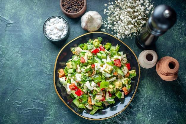 トップビュー野菜サラダは、紺色の背景にキュウリのチーズとトマトで構成されています食事健康ダイエット食品ランチカラーレストラン