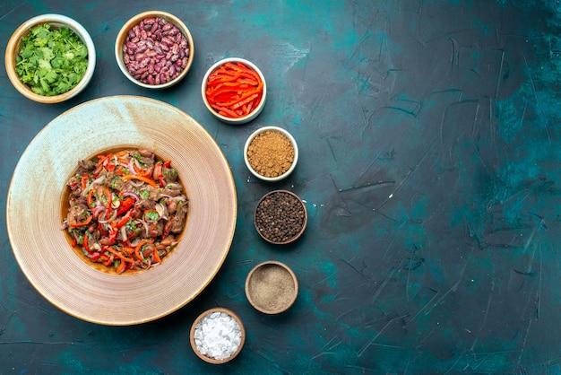 Вид сверху овощной салат с зеленью, фасолью и приправами на синем фоне ингредиент пищевой овощной цвет фото