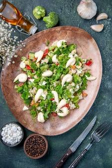濃紺の背景にカトラリーとエレガントなプレート内のトップビュー野菜サラダランチ健康レストラン料理食事の色