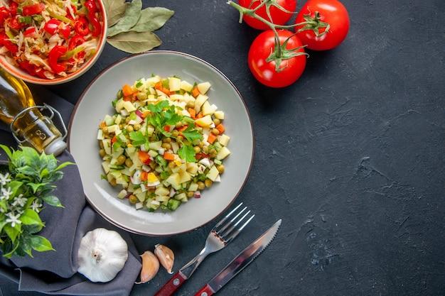 어두운 배경에 상위 뷰 야채 샐러드 식사 다이어트 색상 수평 요리 점심 음식 건강 빵