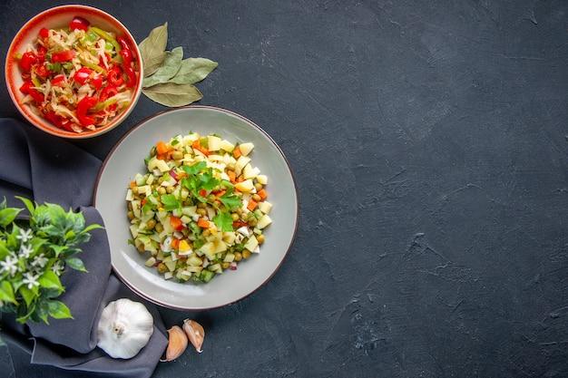 어두운 배경에 평면도 야채 샐러드 식사 다이어트 수평 빵 요리 색깔 점심 음식 건강 여유 공간