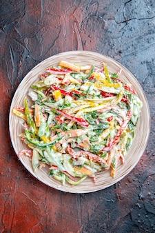 Insalata di verdure vista dall'alto sulla piastra sul tavolo rosso scuro