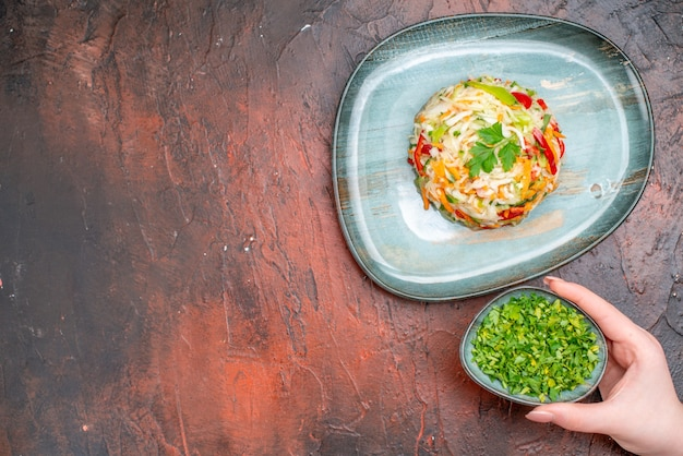 暗いテーブルの上のプレートの丸い形の野菜サラダの上面図色食事料理食品健康的な生活熟した食事の自由空間