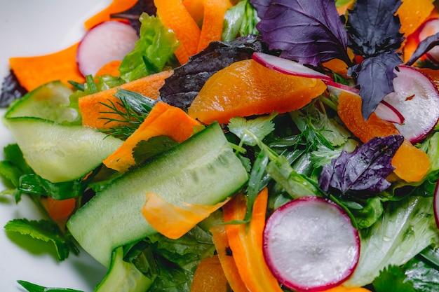 Insalata di verdure vista dall'alto con basilico