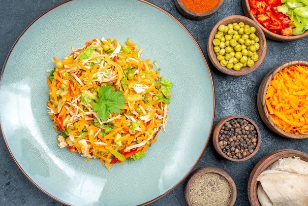 Insalata di verdure vista dall'alto con ingredienti diversi su cibo maturo insalata scura