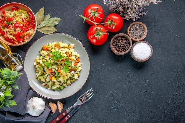 어두운 배경에 신선한 빨간 토마토를 곁들인 상위 뷰 야채 샐러드 식사 다이어트 색상 수평 요리 점심 음식 빵