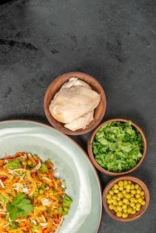 Insalata di verdure vista dall'alto con ingredienti su cibo dietetico per insalata di salute da scrivania grigia