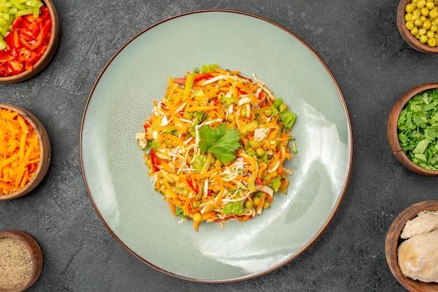 Insalata di verdure vista dall'alto con ingredienti su dieta alimentare per insalata di salute del pavimento grigio