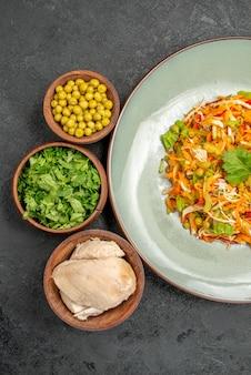 Вид сверху овощной салат с ингредиентами на сером здоровом салате диетическое питание